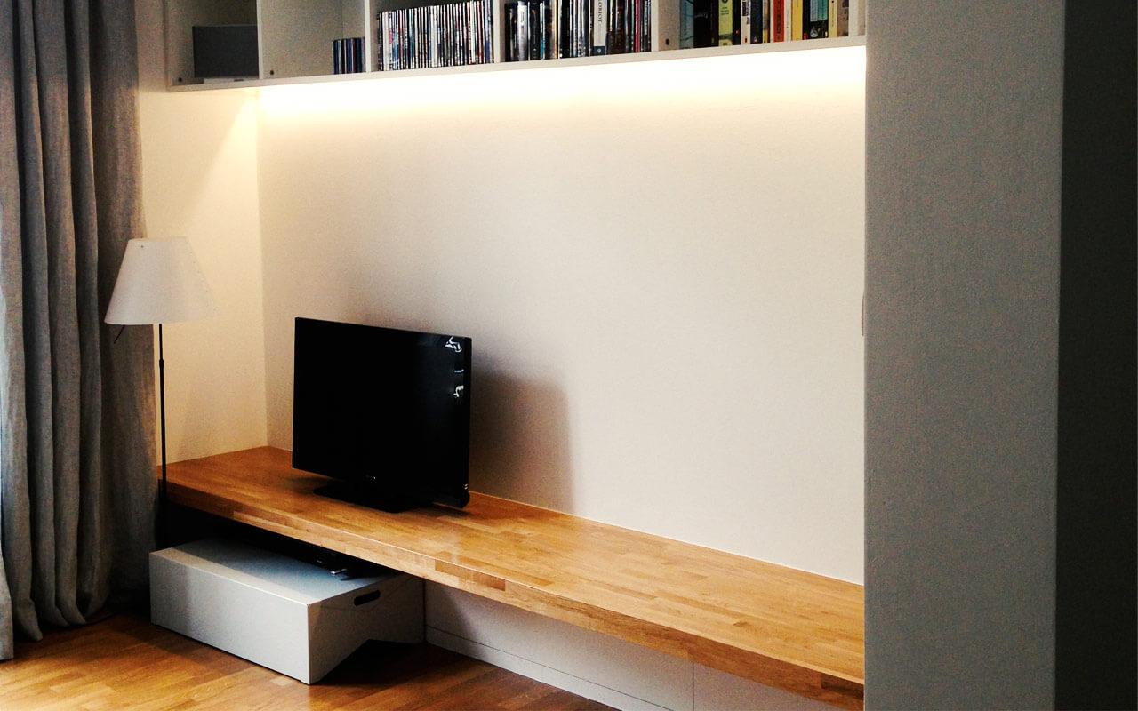 Wohnzimmer Bücherregal mit wandbreitem Holzregal für Fernseher