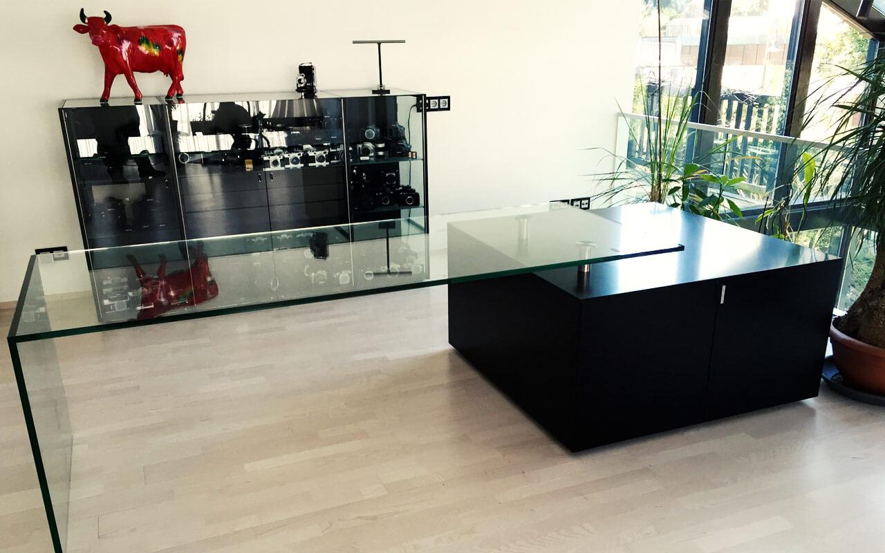 Schreibtisch mit Glasplatte und quadratischen Holzschrank