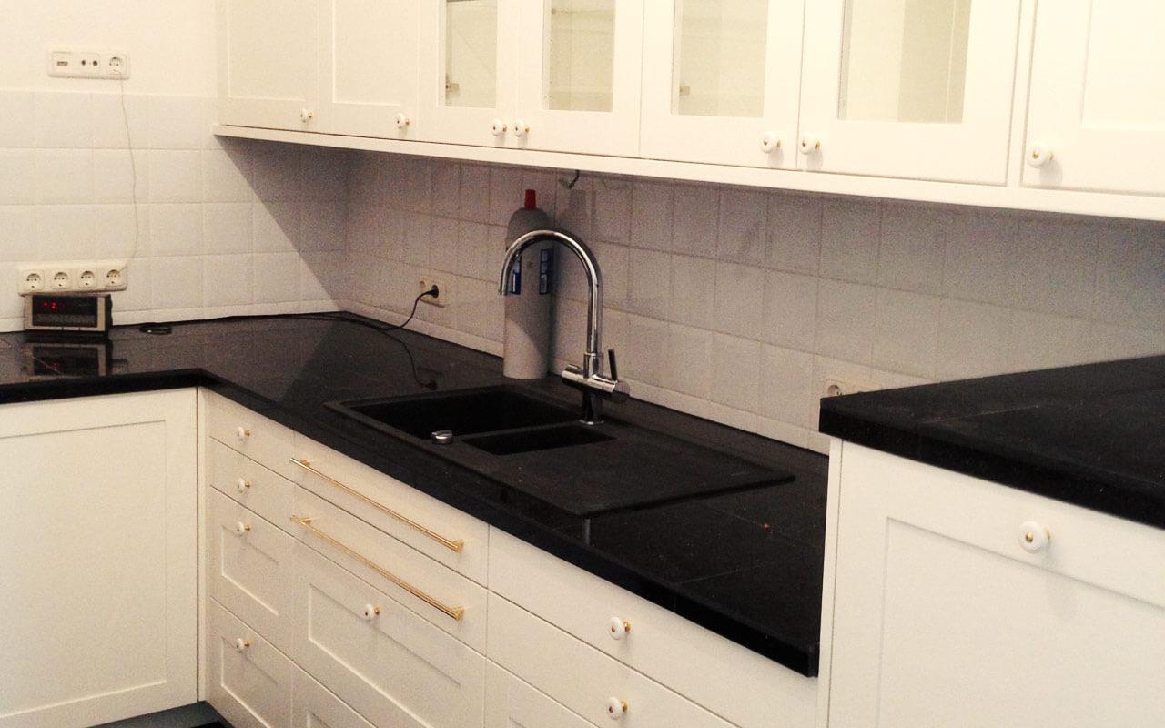 Küchenzeile mit Wandschränken