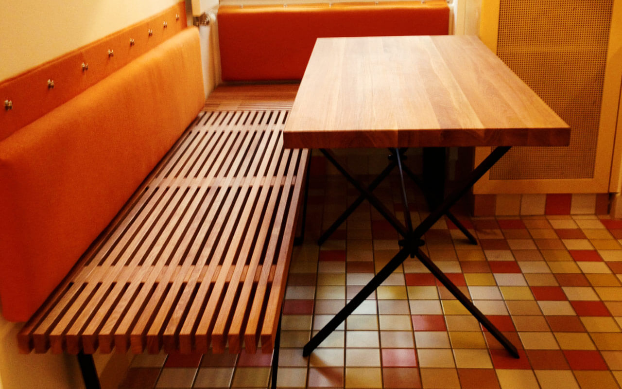 Sitzbank mit Holztisch