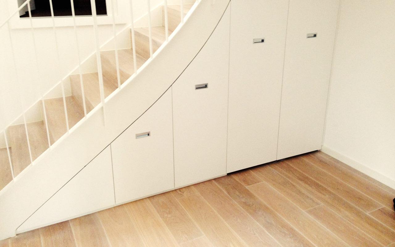Schrank unter einer Treppe, geschlossen