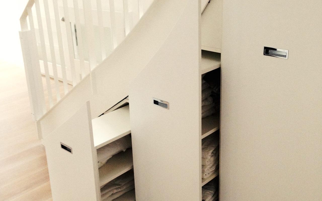 Schrank unter einer Treppe, Stufenweise geöffnet